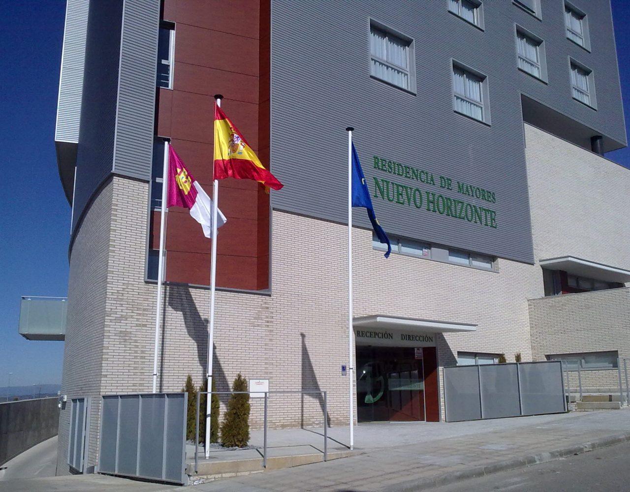 Banderas institucionales en Nuevo Horizonte